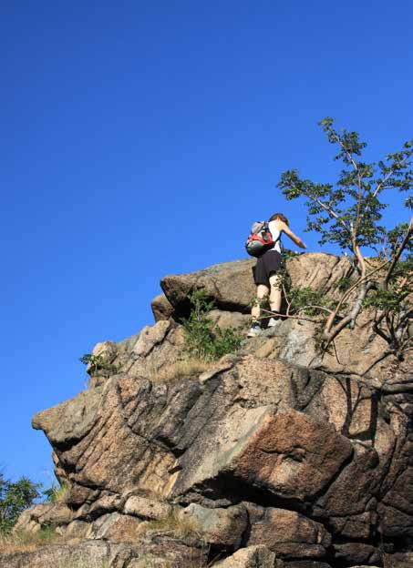 Was ist Geocaching: Person klettert auf Fels