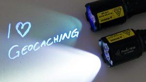 Fenix Taschenlampe TK25 leuchtend mit UV-Licht und mit Weißlicht