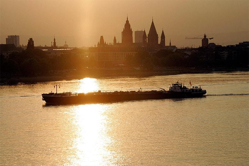 Ein Boot fährt im Rhein an Mainz vorbei