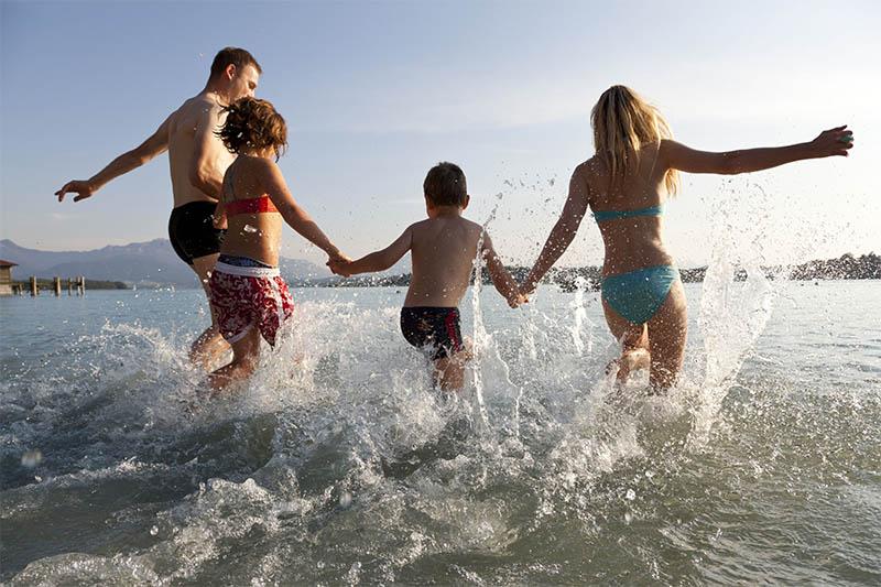 Familei mit zwei Kindern läuft ins Wasser