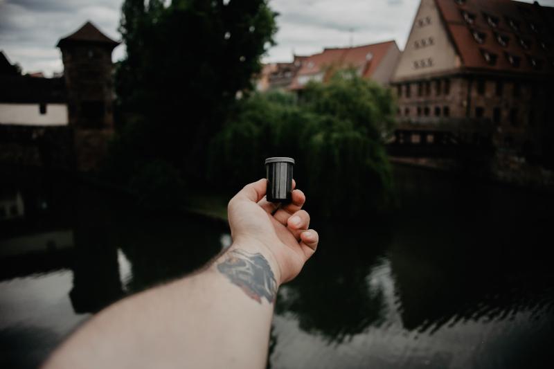 Kleine Filmdose in der Hand
