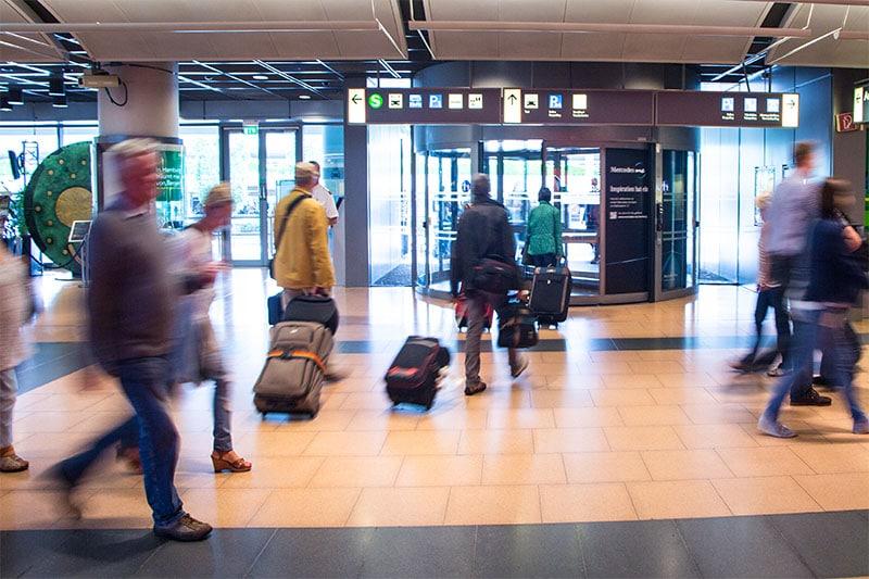 Menschen gehen aus dem Flughafen