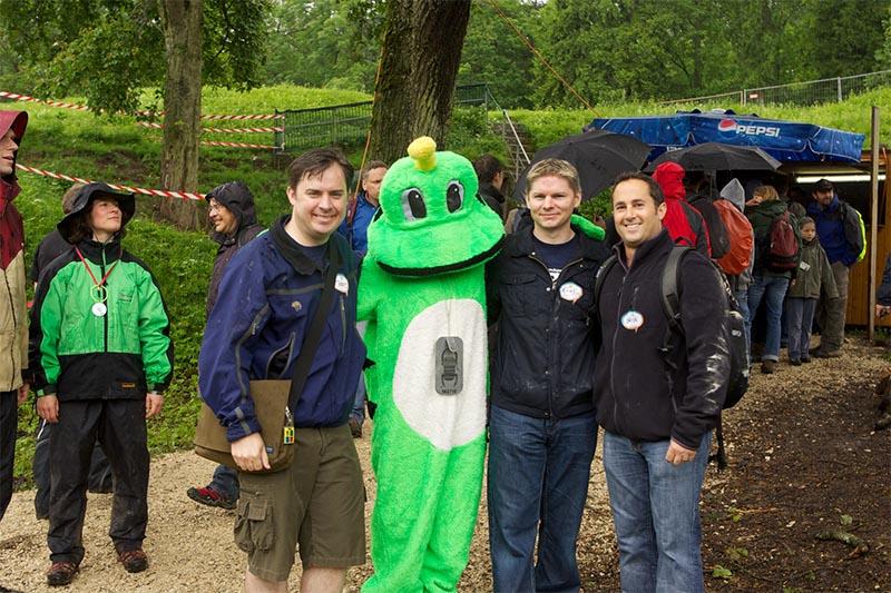 Bild mit drei Männern und einem Kostüm