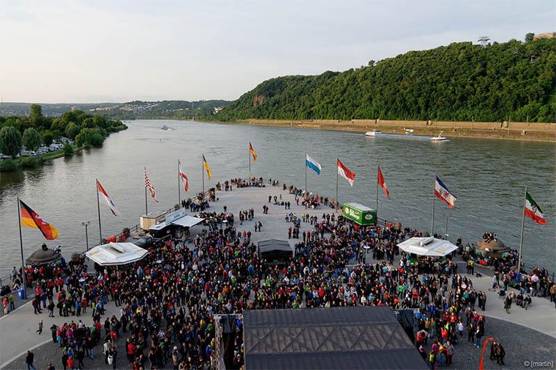 Hafen in Koblenz mit vielen Menschen