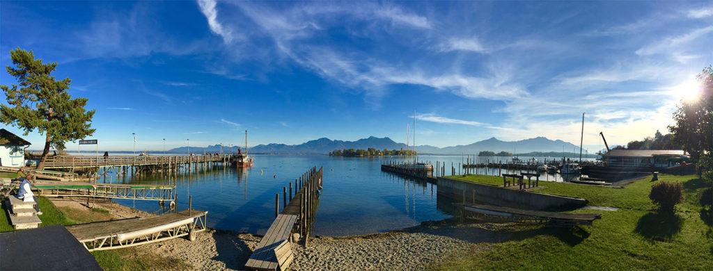 Panorama zum Niederknien, blaues Wasser, bayerischer Himmel und im Hintergrund die Bergwelt