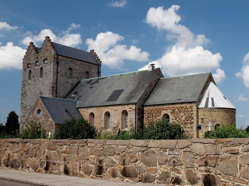 Alte Backsteinkirche mit zwei Türmen