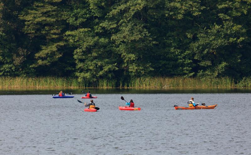 Menschen paddeln in Kanus