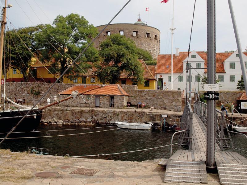Brücke mit Blick auf Burg