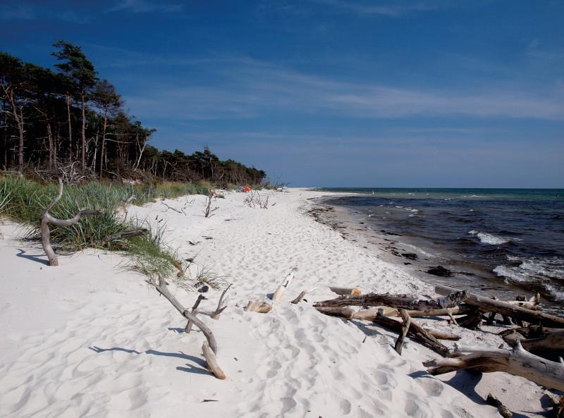 Weißer Sandstrand und das Meer